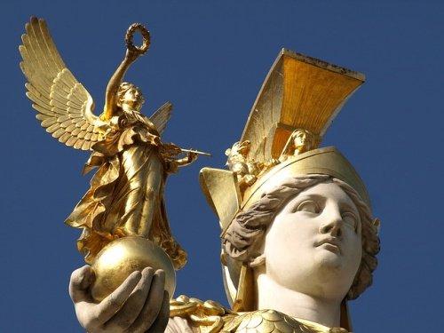 Nike ve Athena - Tanrıça Athena elinde Zafer Tanrıçası Nike'yi tutuyor.